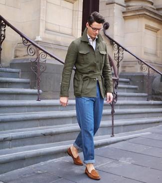 Cómo combinar: chaqueta campo de lino verde oliva, camisa de manga larga blanca, vaqueros azules, mocasín de ante en tabaco