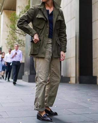 Cómo combinar: chaqueta campo verde oliva, camiseta henley azul marino, pantalón cargo verde oliva, mocasín de cuero burdeos