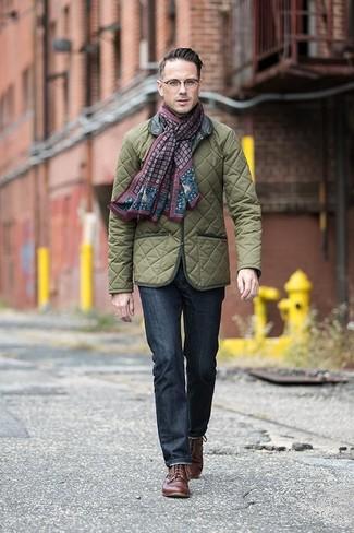 Cómo combinar: chaqueta campo acolchada verde oliva, vaqueros azul marino, zapatos derby de cuero marrónes, bufanda estampada burdeos