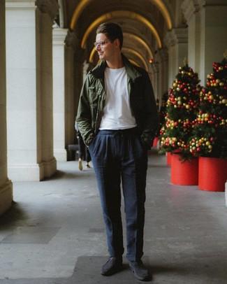 Cómo combinar: chaqueta campo verde oscuro, camiseta con cuello circular blanca, pantalón chino azul marino, zapatos derby de ante en gris oscuro