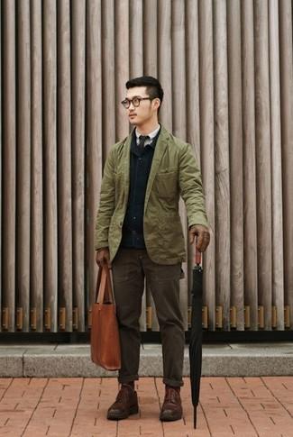 Cómo combinar: chaqueta con cuello y botones azul marino, blazer de algodón verde oliva, camisa de manga larga gris, pantalón chino en marrón oscuro