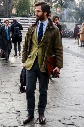 Cómo combinar un pantalón de vestir en gris oscuro: Emparejar una chaqueta con cuello y botones verde oliva junto a un pantalón de vestir en gris oscuro es una opción muy buena para una apariencia clásica y refinada. ¿Te sientes valiente? Haz zapatos oxford de cuero burdeos tu calzado.