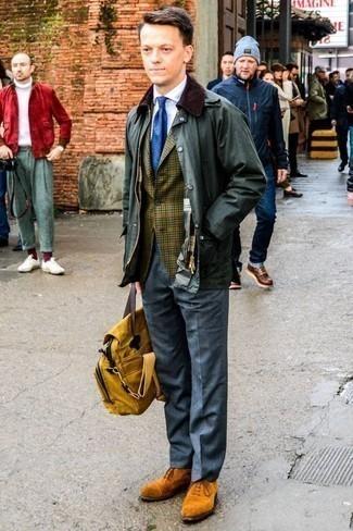 Cómo combinar una chaqueta con cuello y botones verde oscuro: Casa una chaqueta con cuello y botones verde oscuro junto a un pantalón de vestir gris para una apariencia clásica y elegante. Dale un toque de elegancia a tu atuendo con un par de zapatos oxford de ante en tabaco.