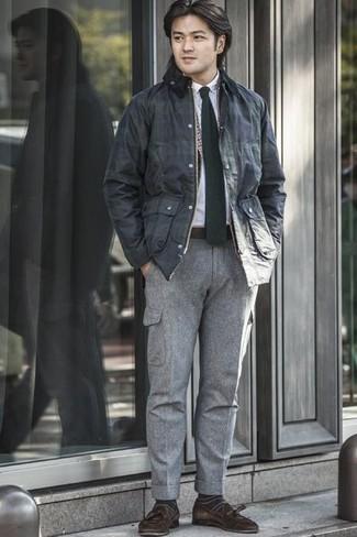 Cómo combinar un pantalón cargo gris: Intenta combinar una chaqueta con cuello y botones azul marino con un pantalón cargo gris para una apariencia fácil de vestir para todos los días. Elige un par de mocasín con borlas de ante en marrón oscuro para mostrar tu inteligencia sartorial.