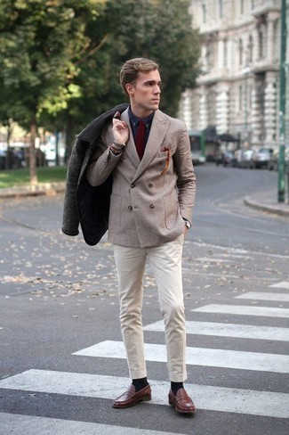 Cómo combinar una corbata burdeos: Emparejar una chaqueta con cuello y botones verde oscuro con una corbata burdeos es una opción práctica para una apariencia clásica y refinada. Mocasín de cuero marrón son una opción incomparable para completar este atuendo.