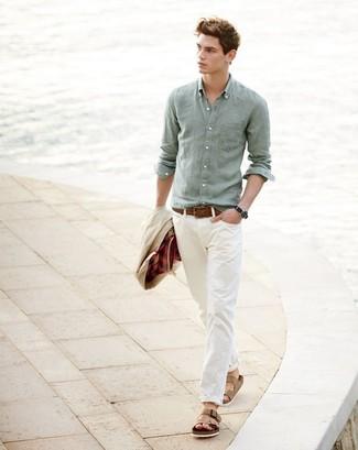 Cómo combinar: chaqueta con cuello y botones en beige, camisa de manga larga de lino en verde menta, pantalón chino en beige, sandalias de cuero marrón claro