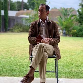 Cómo combinar unos calcetines marrónes: Elige una chaqueta con cuello y botones marrón y unos calcetines marrónes para un look agradable de fin de semana. Opta por un par de tenis de cuero en marrón oscuro para mostrar tu inteligencia sartorial.