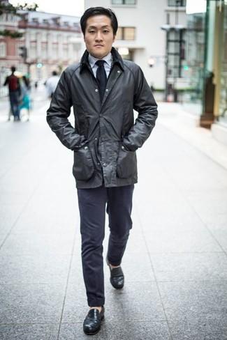 Cómo combinar una corbata azul marino: Considera ponerse una chaqueta con cuello y botones negra y una corbata azul marino para un perfil clásico y refinado. Este atuendo se complementa perfectamente con mocasín de cuero negro.