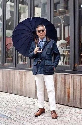Cómo combinar unos zapatos derby de cuero marrónes: Intenta ponerse una chaqueta con cuello y botones azul marino y un pantalón chino blanco para un look diario sin parecer demasiado arreglada. Completa tu atuendo con zapatos derby de cuero marrónes para mostrar tu inteligencia sartorial.