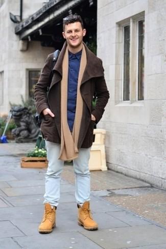 Cómo combinar: chaqueta con cuello y botones de ante en marrón oscuro, camisa de vestir azul marino, vaqueros celestes, botas de trabajo de ante marrón claro