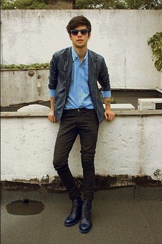 Cómo combinar unas botas casual de cuero azul marino: Empareja una chaqueta con cuello y botones azul marino con un pantalón chino negro para un look diario sin parecer demasiado arreglada. Con el calzado, sé más clásico y opta por un par de botas casual de cuero azul marino.
