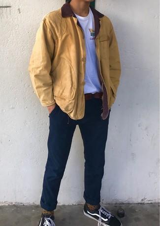 Cómo combinar: chaqueta con cuello y botones mostaza, camiseta con cuello circular blanca, pantalón chino azul marino, tenis de lona negros
