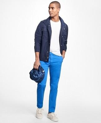 combinar pantalón chino azul claro hombre