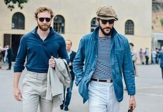 Cómo combinar: chaqueta con cuello y botones azul, camiseta con cuello circular de rayas horizontales en blanco y azul marino, pantalón chino blanco, gorra inglesa marrón