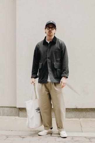 Cómo combinar una chaqueta con cuello y botones en gris oscuro: Para un atuendo que esté lleno de caracter y personalidad empareja una chaqueta con cuello y botones en gris oscuro con un pantalón chino en beige. Mezcle diferentes estilos con tenis de lona blancos.
