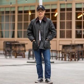 Cómo combinar una chaqueta con cuello y botones en gris oscuro: Considera emparejar una chaqueta con cuello y botones en gris oscuro con unos vaqueros azules para lidiar sin esfuerzo con lo que sea que te traiga el día. Haz este look más informal con zapatillas altas de lona en negro y blanco.