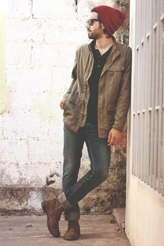 Look de moda Chaqueta con Cuello y Botones Marrón Claro, Camiseta Henley Negra,