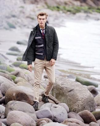 Cómo combinar: chaqueta con cuello y botones acolchada en gris oscuro, cárdigan con cuello chal de grecas alpinos azul marino, camisa de manga larga blanca, pantalón chino en beige