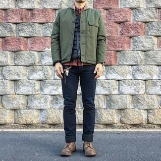 Cómo combinar: chaqueta con cuello y botones verde oliva, chaleco de abrigo acolchado negro, camisa de manga larga a cuadros en rojo y negro, vaqueros pitillo azul marino