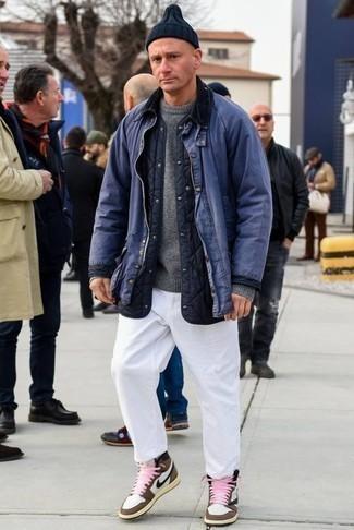 Outfits hombres en clima fresco estilo casuale: Considera emparejar una chaqueta con cuello y botones azul junto a un pantalón chino blanco para una apariencia fácil de vestir para todos los días. Zapatillas altas de cuero marrónes contrastarán muy bien con el resto del conjunto.