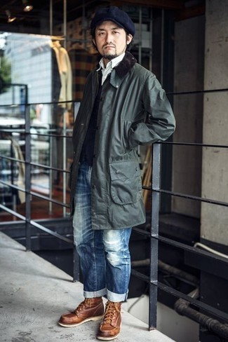 Cómo combinar una chaqueta con cuello y botones verde oscuro: Emparejar una chaqueta con cuello y botones verde oscuro junto a unos vaqueros desgastados azules es una opción estupenda para el fin de semana. Botas casual de cuero en tabaco añaden la elegancia necesaria ya que, de otra forma, es un look simple.