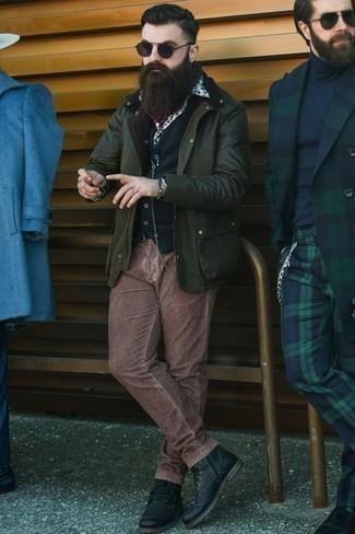 Cómo combinar una chaqueta con cuello y botones verde oscuro: Considera ponerse una chaqueta con cuello y botones verde oscuro y un pantalón chino de pana marrón para un almuerzo en domingo con amigos. Con el calzado, sé más clásico y elige un par de botas casual de cuero negras.