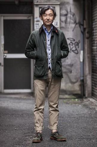 Cómo combinar un pantalón chino en beige: Intenta combinar una chaqueta con cuello y botones verde oscuro con un pantalón chino en beige para un look diario sin parecer demasiado arreglada. Con el calzado, sé más clásico y elige un par de zapatos brogue de ante verde oscuro.