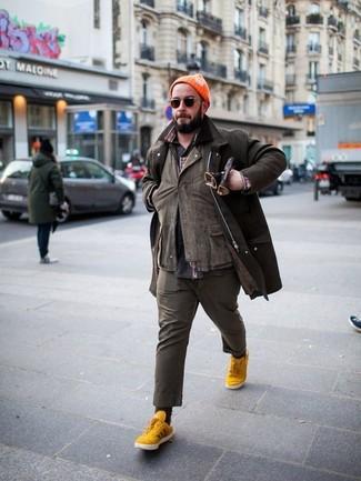 Cómo combinar: chaqueta con cuello y botones en marrón oscuro, chaqueta estilo camisa marrón, camisa de manga larga estampada en gris oscuro, pantalón chino marrón