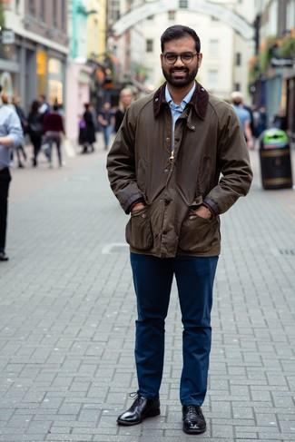 Cómo combinar una camisa de manga larga con unos zapatos oxford: Haz de una camisa de manga larga y un pantalón chino azul marino tu atuendo para lidiar sin esfuerzo con lo que sea que te traiga el día. Zapatos oxford dan un toque chic al instante incluso al look más informal.