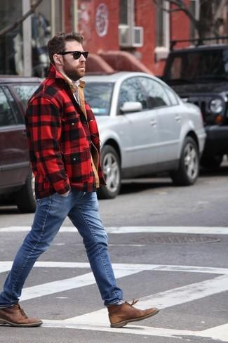 Cómo combinar: chaqueta con cuello y botones a cuadros en rojo y negro, vaqueros azules, botas safari de cuero marrónes, gafas de sol negras