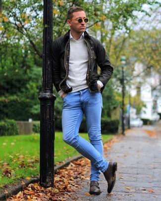 Cómo combinar: chaqueta con cuello y botones en marrón oscuro, jersey con cuello circular en beige, camisa de manga larga blanca, vaqueros pitillo celestes