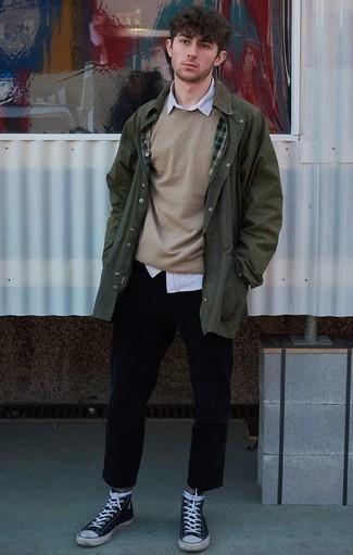 Cómo combinar una chaqueta con cuello y botones verde oscuro: Los días ocupados exigen un atuendo simple aunque elegante, como una chaqueta con cuello y botones verde oscuro y un pantalón chino negro. Zapatillas altas de lona en azul marino y blanco darán un toque desenfadado al conjunto.