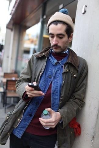 Cómo combinar: chaqueta con cuello y botones verde oliva, jersey con cuello circular burdeos, camisa vaquera azul, camisa de manga larga de rayas verticales en blanco y azul marino