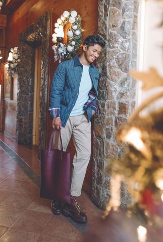 Cómo combinar: chaqueta con cuello y botones acolchada azul marino, jersey con cuello circular gris, pantalón chino en beige, zapatos derby de cuero burdeos