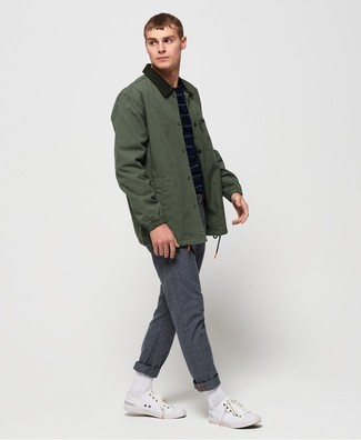 Cómo combinar: chaqueta con cuello y botones verde oscuro, jersey con cuello circular de rayas horizontales azul marino, pantalón chino de lana gris, tenis de lona blancos