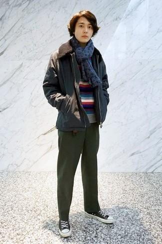 Outfits hombres en otoño 2020: Elige una chaqueta con cuello y botones en gris oscuro y un pantalón chino verde oscuro para conseguir una apariencia relajada pero elegante. Si no quieres vestir totalmente formal, elige un par de tenis de lona en negro y blanco. Si tu en busca de un atuendo otoñal, este es el atuendo perfecto.