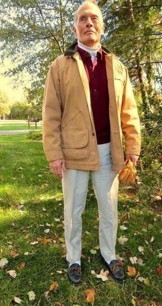 Moda para hombres de 60 años en clima fresco: Considera emparejar una chaqueta con cuello y botones marrón claro junto a un pantalón de vestir en beige para rebosar clase y sofisticación. Si no quieres vestir totalmente formal, opta por un par de náuticos de cuero negros.