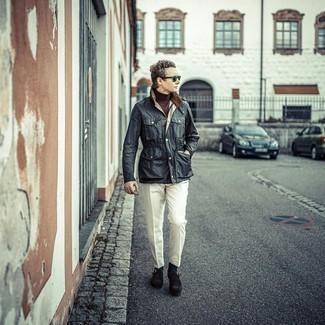 Cómo combinar una chaqueta con cuello y botones en gris oscuro: Considera ponerse una chaqueta con cuello y botones en gris oscuro y un pantalón de vestir blanco para una apariencia clásica y elegante. Complementa tu atuendo con zapatos con hebilla de ante en marrón oscuro.