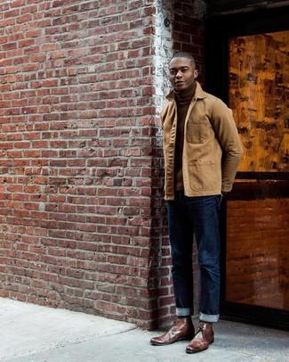 Cómo combinar: chaqueta con cuello y botones marrón claro, jersey de cuello alto marrón, vaqueros azul marino, botas safari de cuero marrónes