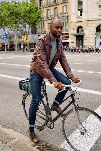 Cómo combinar: chaqueta con cuello y botones de cuero marrón, jersey de cuello alto gris, vaqueros pitillo azul marino, zapatos derby de cuero marrónes