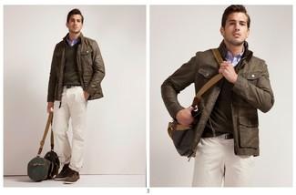 Cómo combinar: chaqueta con cuello y botones de cuero marrón, jersey de pico marrón, camisa de manga larga azul, pantalón chino blanco