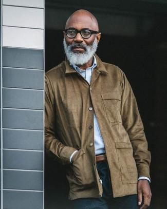 Cómo combinar: chaqueta con cuello y botones de ante marrón, camisa de manga larga de rayas verticales celeste, vaqueros azul marino, correa de cuero marrón
