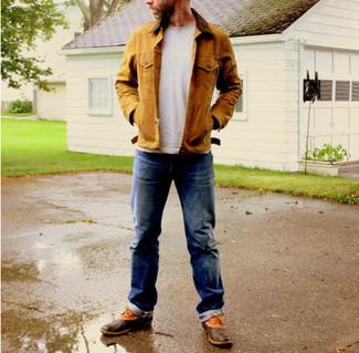 Cómo combinar: chaqueta con cuello y botones marrón claro, camiseta con cuello circular gris, vaqueros azul marino, botas de lluvia marrónes