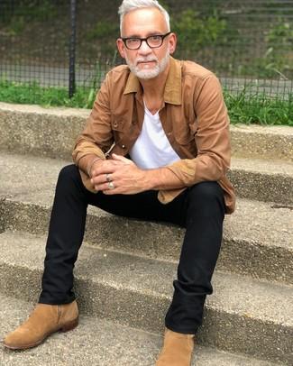 Cómo combinar: chaqueta con cuello y botones marrón claro, camiseta con cuello en v blanca, pantalón chino negro, botines chelsea de ante marrón claro