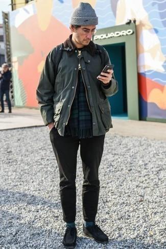 Cómo combinar una chaqueta con cuello y botones verde oscuro: Casa una chaqueta con cuello y botones verde oscuro junto a un pantalón chino en gris oscuro para una apariencia fácil de vestir para todos los días. Botas safari de ante negras son una opción inmejorable para complementar tu atuendo.
