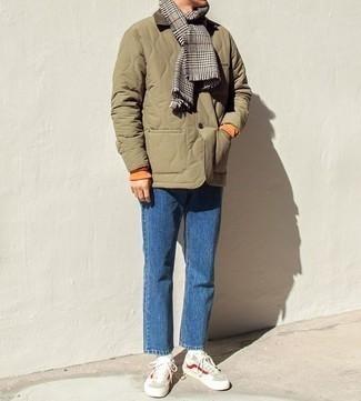 Cómo combinar una bufanda de pata de gallo gris: Una chaqueta con cuello y botones acolchada verde oliva y una bufanda de pata de gallo gris son una opción inmejorable para el fin de semana. Con el calzado, sé más clásico y elige un par de tenis en beige.