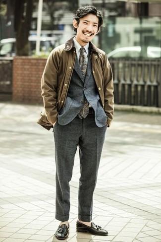 Cómo combinar una corbata: Casa una chaqueta con cuello y botones marrón con una corbata para un perfil clásico y refinado. Mocasín con borlas de cuero negro son una opción perfecta para complementar tu atuendo.