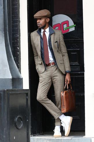 Cómo combinar: chaqueta con cuello y botones azul marino, traje de lana de tartán gris, camisa de vestir blanca, zapatillas altas blancas