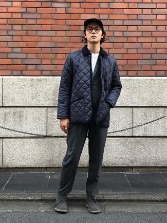 Cómo combinar un traje en gris oscuro: Considera emparejar un traje en gris oscuro junto a una chaqueta con cuello y botones acolchada azul marino para rebosar clase y sofisticación. ¿Quieres elegir un zapato informal? Usa un par de botas safari de ante en gris oscuro para el día.