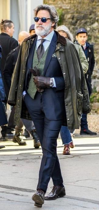 Cómo combinar: chaqueta con cuello y botones verde oliva, traje azul marino, chaleco de vestir de lana verde oscuro, camisa de vestir de rayas verticales celeste